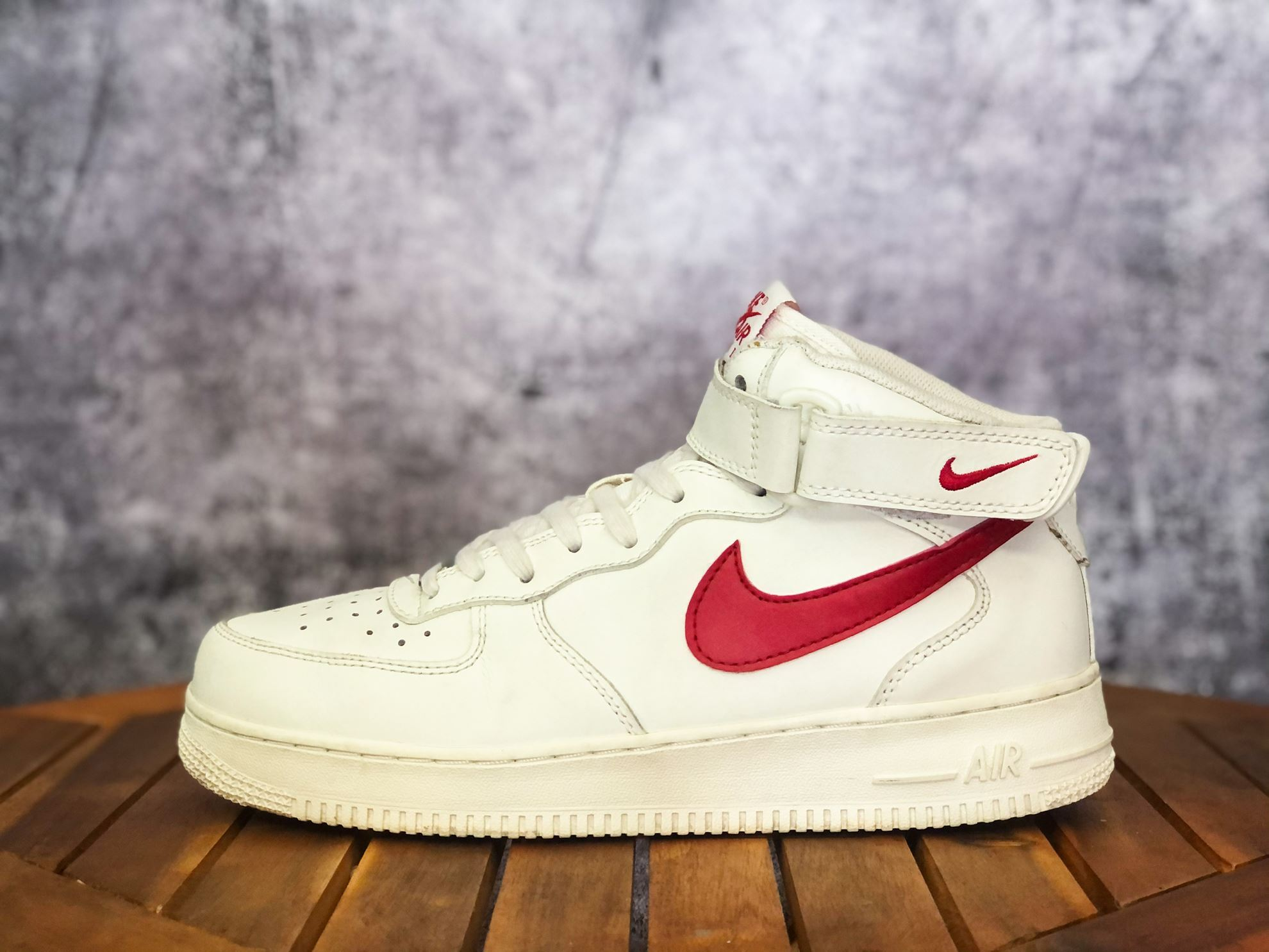 Hình ảnh của NIKE AIR FORCE 1 MID APPEARS IN SAIL AND UNIVERSITY RED
